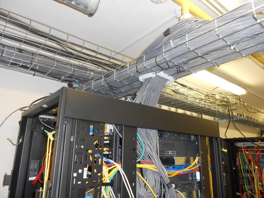 На фото техническое помещение, где проложены компьютерные сети и подлючены к распределительным шкафам.