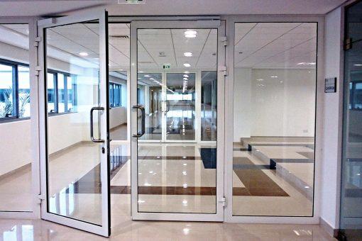 Алюминиевые конструкции и стеклянные двери